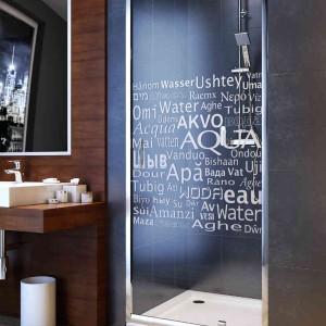 Kabina prysznicowa: postaw na dekoracyjny motyw na szkle