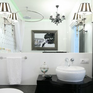 Ściana w łazience: udekoruj ją grafiką lub zdjęciem