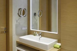 Jasna łazienka ocieplona drewnem: 10 wnętrz z polskich domów