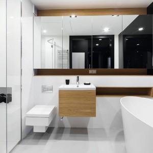 Meble w kolorze drewna: 10 łazienek z domów Polaków