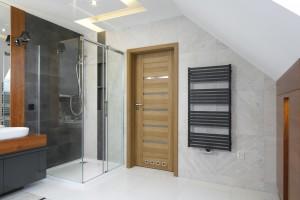 Prysznic w narożniku: 10 pomysłów z polskich domów