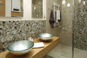 10 pomysłów na ścianę w strefie umywalki