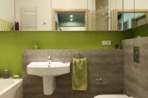Pomysł na małą łazienkę: lustrzane szafki