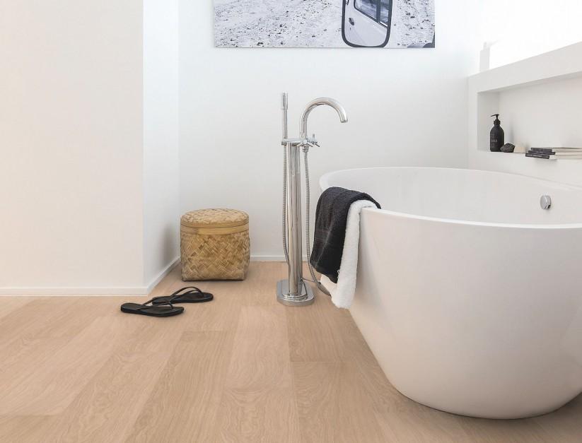 Efekt drewna na podłodze w łazience: wybierz podłogę winylową lub laminowaną