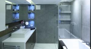 Funkcjonalna strefa prysznica: wnęki, półki i siedziska