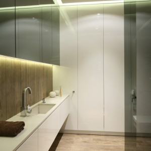 Zabudowa meblowa w łazience: szafki pod sam sufit