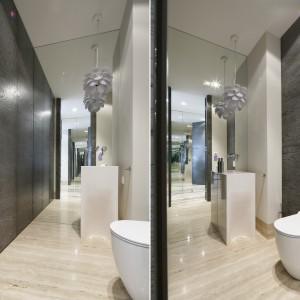 Oświetlenie w łazience: postaw na wiszące lampy