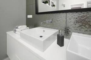 Łazienka w stylu glamour: tak ją urządzisz