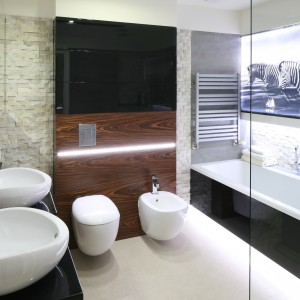 Czarna ściana w łazience: odważna i elegancka