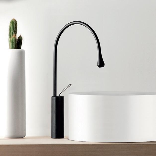 Eleganckie baterie łazienkowe: postaw na czerń