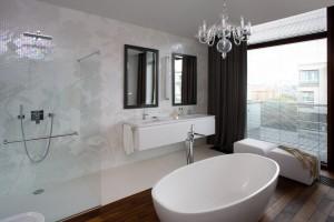 Elegancki apartament nad Wisłą: zobacz jakie piękne ma łazienki!