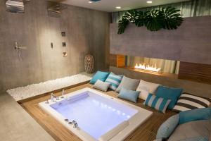 Łazienka w błękicie: projekt salonu kąpielowego w... piwnicy