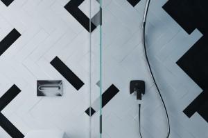 Instalacje w łazience: jak bezpiecznie i skutecznie odprowadzić wodę?