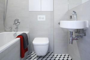 Szara łazienka: 15 projektów z polskich domów