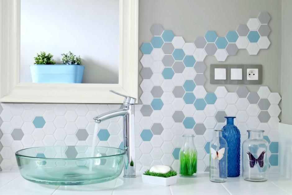 Ściana w strefie umywalki: 10 świetnych pomysłów od producentów