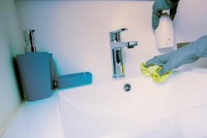 Szybkie sprzątanie po imprezie: postaw na uniwersalne ściereczki