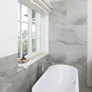 Kąpiel z widokiem: postaw na łazienkę z wanną przy oknie