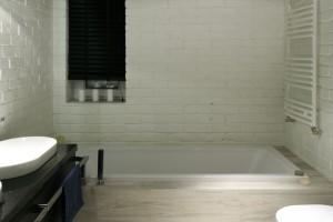 Ściana w łazience: postaw na białą cegłę