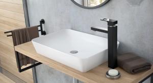 Mocny detal w łazience: czarna bateria o geometrycznej formie