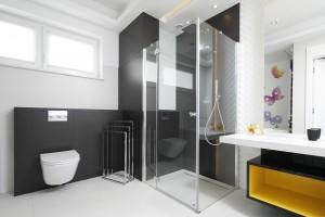 Prysznic w narożniku: 12 różnych projektów łazienek