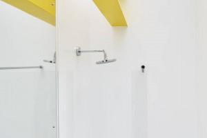 Bezszwowy Hi-Macs w łazienkach amerykańskiego Wimbledon House
