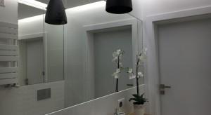 """Grzejnik łazienkowy Atakama firmy Luxrad w """"czarno-białej"""" łazience"""