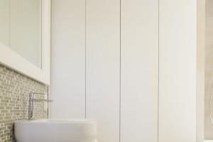 Zabudowa meblowa na wymiar: szafki pod sam sufit