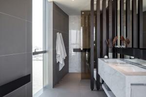 Futurystyczne baterie łazienkowe Agape Sen w luksusowym penthausie