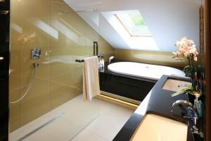 Łazienka z wanną i prysznicem: 10 przykładów z polskich domów