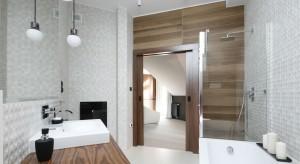 Przytulna łazienka: 10 wnętrz ocieplonych rysunkiem drewna