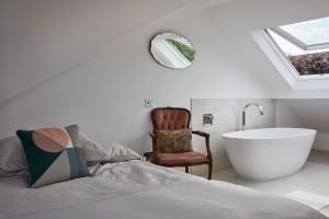 Remont starej kamienicy: zobacz piękne łazienki z luksusową armaturą