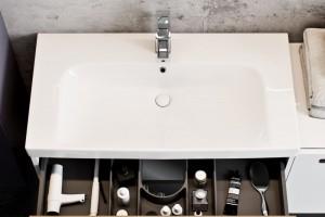Dekor drewna połączony z eleganckim lakierem: nowa kolekcja mebli łazienkowych