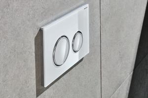 Ciekawy detal w łazience: postaw na przycisk spłukujący