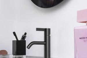 Armatura łazienkowa: baterie w szczotkowanych wykończeniach