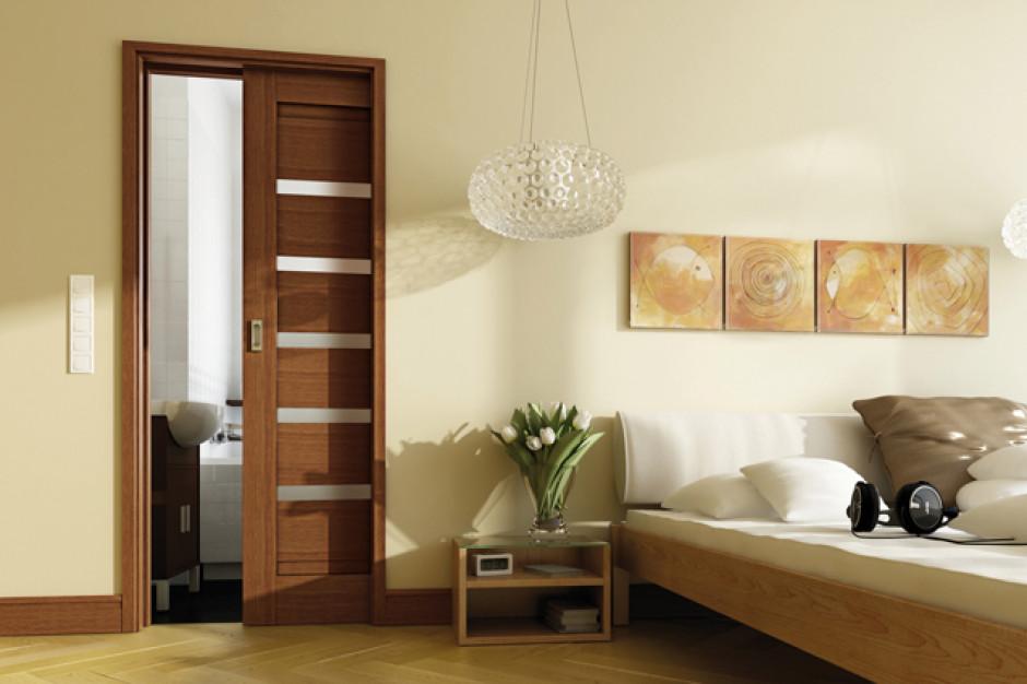 Łazienka obok sypialni: postaw na drzwi przesuwne