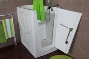 Łazienka bez barier: wybierz wannę z drzwiami