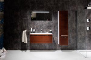 Meble z rysunkiem drewna: 5 kolekcji do łazienek