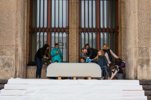 Wykład w Muzeum Narodowym i udana akcja flizowania ławek z Max-Fliz w stylu Gaudiego