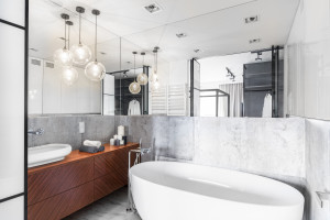 Duże lustro: 10 przykładów z polskich łazienek