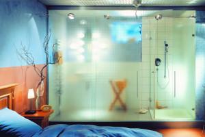 Pomysł na wystrój łazienki: wybierz szkło ornamentowe
