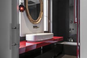 Eleganckie baterie Ritmonio w łazienkach z czerwonym akcentem