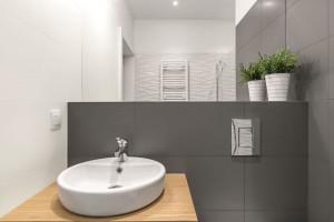 Szybki remont łazienki: tak odnowisz płytki... farbą