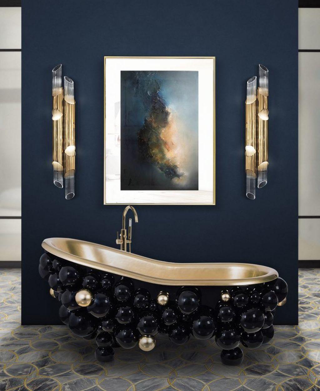 Idealnie komponują się różne wariacje niebieskiego dżinsu połączone z metalicznymi dodatkami w łazience. Fot. Maison Valentina