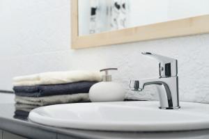 Mała łazienka: seria baterii dedykowana do małych wnętrz
