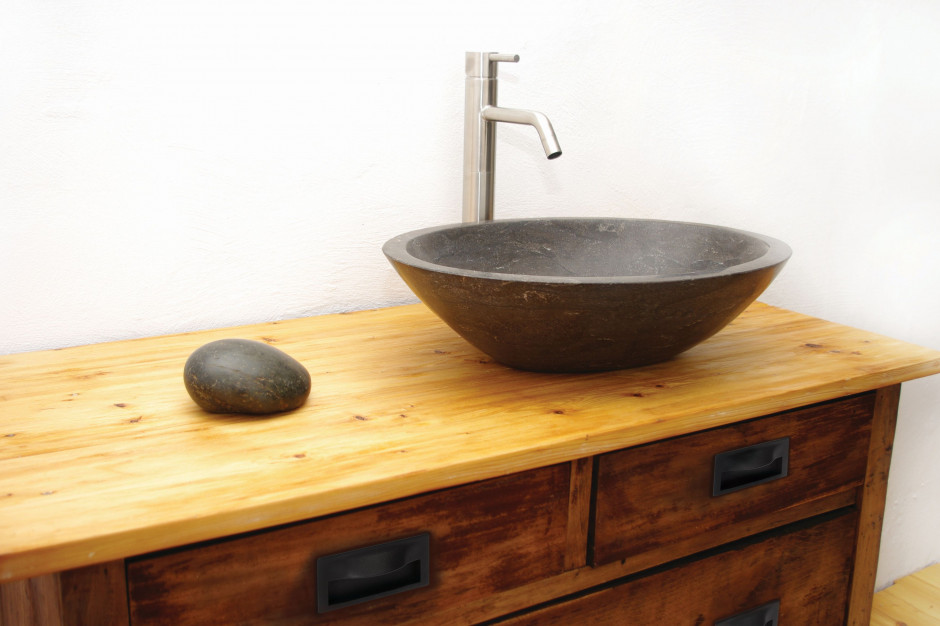 Wnętrze z charakterem: postaw na czarny detal w łazience