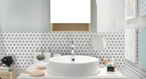 Ściana w łazience: postaw na drobny wzór
