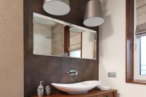 Ściana w strefie umywalki: 14 zdjęć z polskich wnętrz
