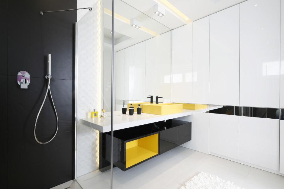 Zabudowa meblowa w łazience: postaw na szafki pod sam sufit