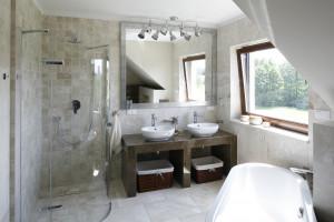 Prysznic w narożniku: pomysły z polskich domów