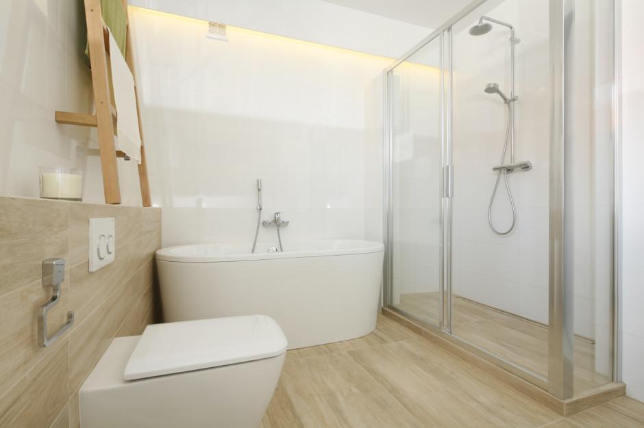 Biała łazienka ocieplona drewnem: 12 zdjęć z polskich domów